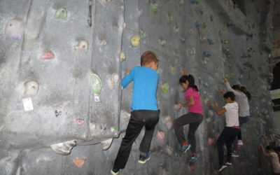 Los alumnos de 5º de Primaria visitan el aula de escalada